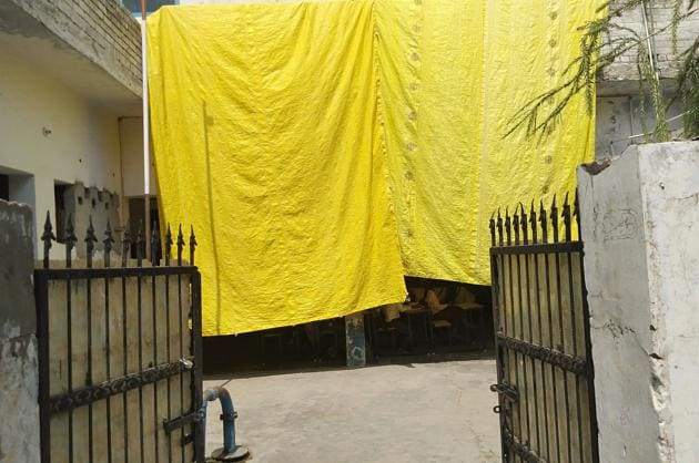 Tarpaulins are being used in the verandah of Government Elementary School, Gobind nagar, to create makeshift classrooms.(HT PHOTO)