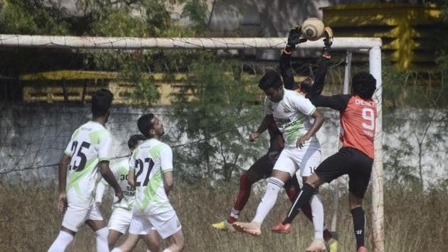 Chetak FC (red) defended for large parts of the game against Sangam (white), but still came out winners at the COEP ground on Monday.(HT PHOTO)