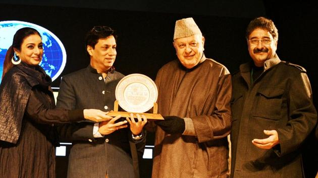 Bollywood actor Tabu and filmmaker Madhur Bhandarkar being honoured by former J&K chief minister Farooq Abdullah at the 4th edition of the festival in 2018. Also seen is festival director Mushtaaque Ali Ahmad Khan.(HT FILE)