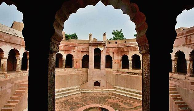 Ali Gosh Khan Baoli in Farrukhnagar area of Gurugram is among the popular heritage sturctures that draw the attention of locals and tourists alike.(HT Photo)