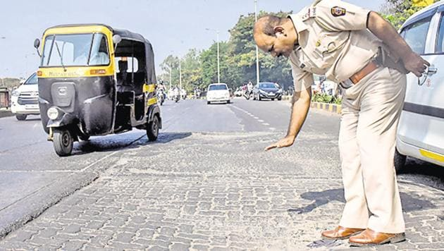 Police official explaining the road flaws which lead to the accident in front of Katraj snake park(Sanket Wankhade/HT PHOTO)