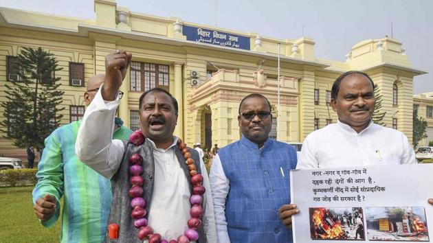 RJD MLA Shiv Chandra Ram raise slogans during a demonstration against the government for failing to control soaring prices of onions during the ongoing Winter Session of Bihar Assembly in Patna.(PTI)