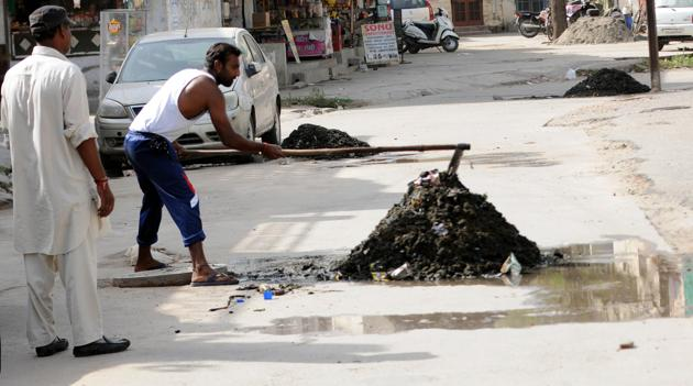Those already working as the contract sanitary workers for the last 10 years have also applied for these permanent jobs. Image used for representational purpose only.(Bharat Bhushan/ Hindustan Times)