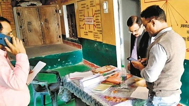 DM-Pratapgarh Markandey Sahu during his inspection at government upper primary school in Kunda tehsil of Lakshmanpur development block.(HT)