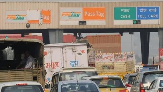The system, first introduced in 2016, lets toll booths wirelessly and automatically deduct the fee as the vehicles pass through so that they don't have to stop to pay the money. (HT photo)