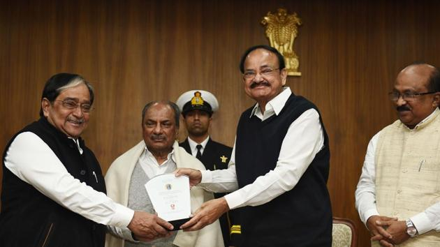 Political Editor of Hindustan Times Vinod Sharma receives the first 'TVR Shenoy Award for Excellence in Parliamentary Journalism' from Vice President M Venkaiah Naidu during a function, at his residence, in New Delhi, on Friday, November 29, 2019.(Vipin Kumar/HT PHOTO)