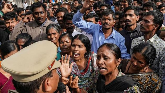 Demonstrators argue with a police officer during a protest against the alleged rape and murder of a 27-year-old woman in Shadnagar, on the outskirts of Hyderabad, November 30, 2019. REUTERS/Vinod Babu(REUTERS)