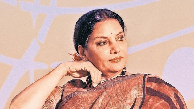 Shabana Azmi pays respects to Shashi Kapoor.