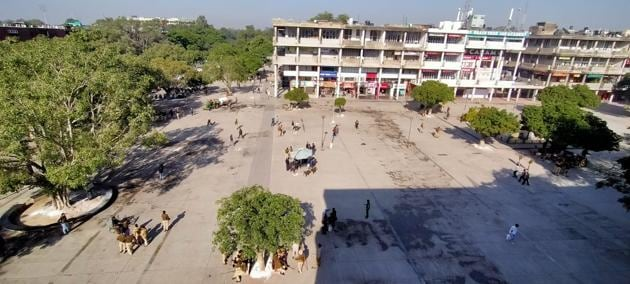 An aerial view of Chandigarh's Sector 17, the commercial centre of the city, wears a deserted look on Friday afternoon. The vendors are conspicuous by their absence, while security personnel keep guard as the eviction drive is underway.(HT Photo)