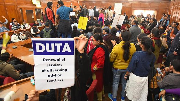Members of Delhi University Teachers' Association (DUTA) hold placards and shout slogans during a protest demanding the withdrawal of University's August 28 letter which involves appointment of ad-hoc and guest lecturers(Raj K Raj/HT PHOTO)