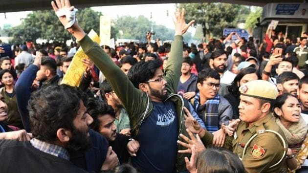 JNU students and police officials clashed when the students took out a rally demanding reduction in hostel fees towards the Rashtrapati Bhavan.(HT file)
