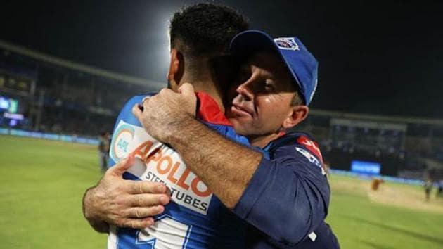 Delhi Capitals head coach Ricky Ponting hugs captain Shreyas Iyer.(IPL)