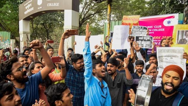Students affiliated to Savitribai Phule Pune University protest against NRC and CAA at Fergusson College main gate. The protest was organised by NRC Virodhi Kruti Sangharsh Samiti in Pune, India, on Tuesday, December 17, 2019.(Sanket Wankhade/HT PHOTO)