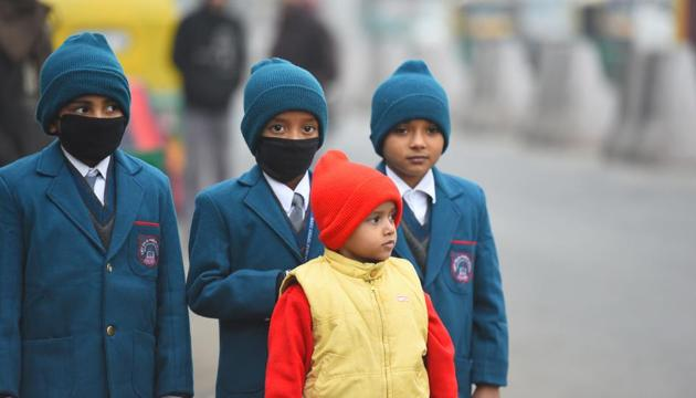 A cold wave persisted in the state on Wednesday, with the minimum temperature in Lucknow being 10.6 degrees Celsius.)(Raj K Raj/HT PHOTO)