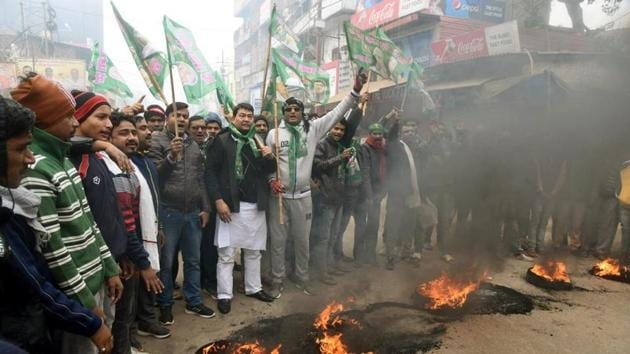 RJD workers burn tyres in Patna on Saturday.(S Kumar/HT Photo)