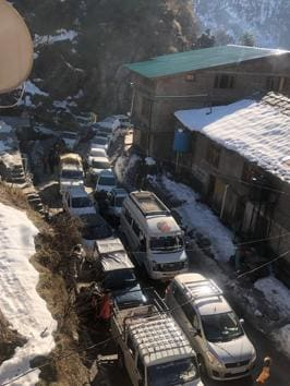 A traffic jam near Solang Nalla in Manali on Tuesday.(HT PHOTO)