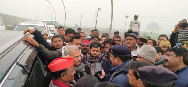 Uttar Pradesh president of Samajwadi Party, Naresh Uttam, and others being stopped outside Firozabad city on Saturday.(HT Photo)
