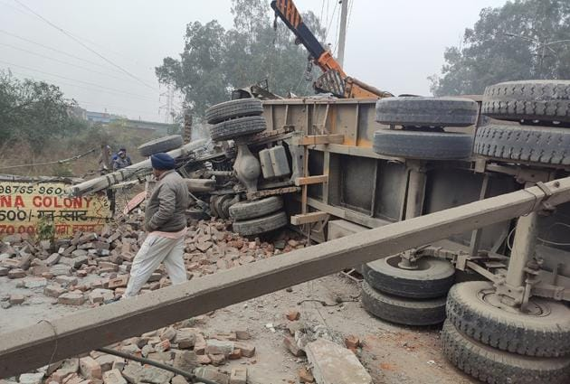 The overturned truck on Chandigarh road in Ludhiana on Saturday.(ht photo)