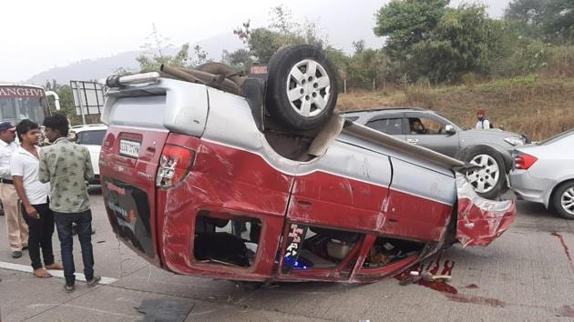 One person was killed and five sustained injuries after the car they were travelling from Mumbai to Pune met with an accident at km 77 near Ozarde village on Pune-Mumbai expressway on Friday.(HT PHOTO)