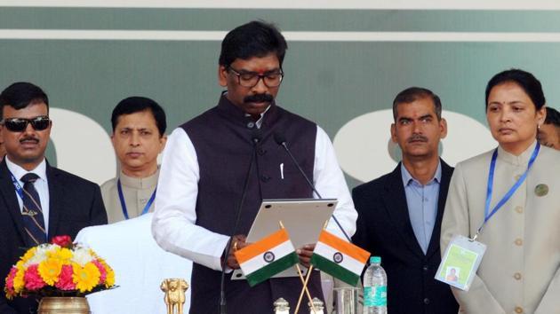 :Governor Droupadi Murmu administering the oath of office to Chief minister Hemant Soren at Morhabadi ground in Ranchi on Sunday, December 29, 2019.(Diwakar Prasad/ HT Photo)