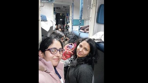 Two women captains from the Indian army helped a woman deliver her baby inside a train.(Twitter/@adgpi)