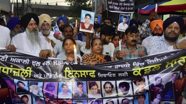 Relatives and family members of the victims of last year's Dussehra Train Tragedy light candles and march towards Jaura Phatak, demanding justice, almost a year after the tragedy, in Amritsar.(Sameer Sehgal/Hindustan Times)