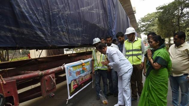 Three metro coaches which left from Nagpur on December 24 have arrived in the city on Saturday and will be elevated at the Sant Tukaram station.(HT PHOTO)
