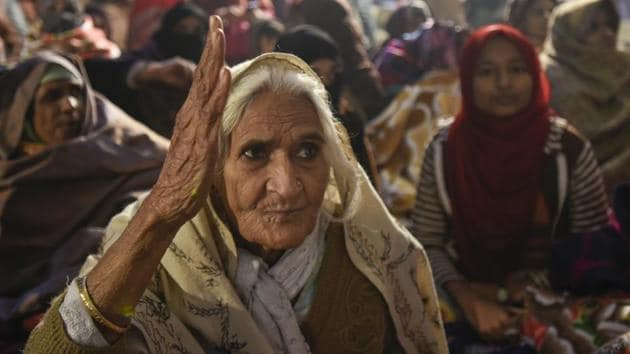 An elderly woman shouts slogans as women protesters participate in a sit-in against National Register of Citizens (NRC) and recently passed Citizenship Amendment Act (CAA), at Shaheen Bagh, in New Delhi.(Burhaan Kinu/HT PHOTO)