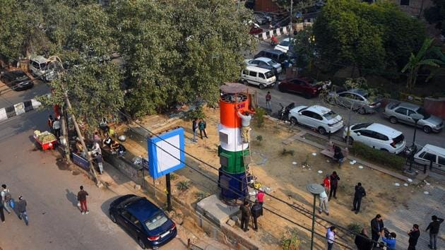 The 20-feet-tall tower is fitted with exhaust fans to suck in polluted air and can remove up to 80% of the particulate matter (PM 2.5 and PM10) -- the primary pollutant in Delhi's air.(HT PHOTO)