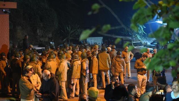 Police personnel deployed outside Jawaharlal Nehru University (JNU) after violence erupted inside the campus, in New Delhi, on Sunday.(Amal KS/ HT Photo)