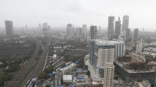 The number of homes sold in 2019 in MMR fell to 60,943 units during the calendar year of 2019, as compared to 63,893 units in calendar year of 2018, according to the Knight Frank India report.(HT File Photo)