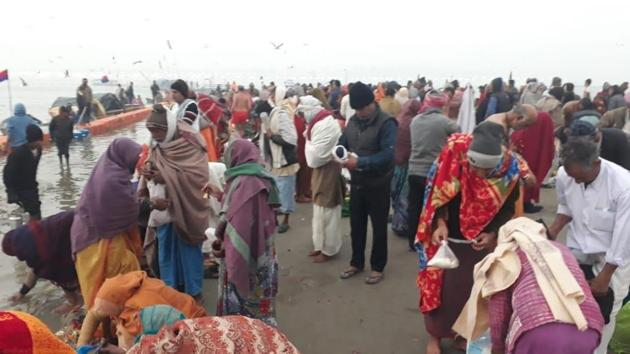 As per rough estimates around 10 lakh devotees, including over 1 lakh kalpwasis, had already arrived in the mela area till Thursday evening despite the extreme chill.(HT Photos)