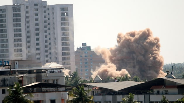Golden Kayaloram, the 17-storeyed building with 40 flats, was the last to be razed for flouting Coastal Zone Regulation norms as dust and fume from the rubble settled in the surrounding area.(HT Photo)