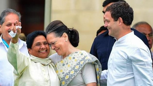 Congress leader Sonia Gandhi with Bahujan Samaj Party (BSP) leader Mayawati and Congress president Rahul Gandhi in Bengaluru.(PTI file photo)