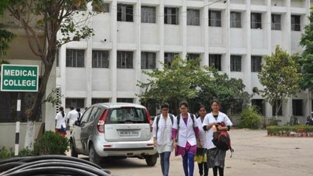 In the academic year 2019-20, 279 government medical colleges offered MBBS courses, against 260 private ones.(Bijay/Hindustan Times (File Photo))