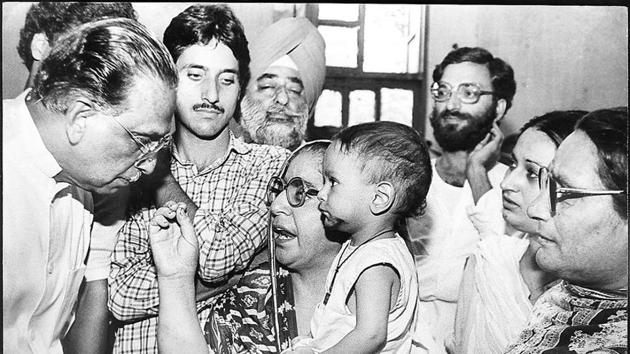 MM Jacob, the then minister of state for home and parliamentary affairs, listen to the grievances of Kashmiri migrants at a camp in New Delhi on August 23,1991.(Sanjay sharma/ht Archive)