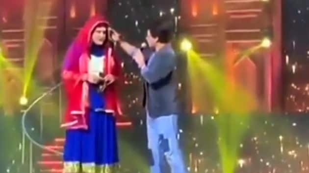 Shah Rukh Khan having fun with Krushna Abhishek on stage at Umang event.