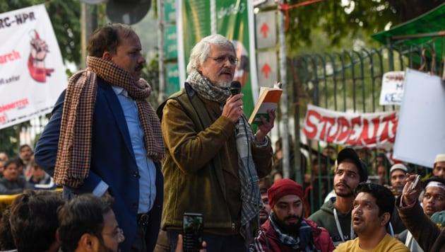 Former Lieutenant Governor of Delhi Najeeb Jung addressing anti-CAA protesters outside Jamia Millia Islamia University on Monday.(Burhan Kinu/HT Photo)