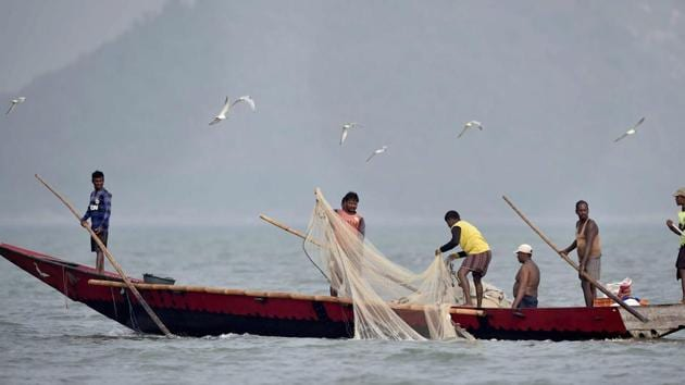 Fishermen throw their nets in the Chilika Lake in Odisha in this file photo.(PTI Photo)
