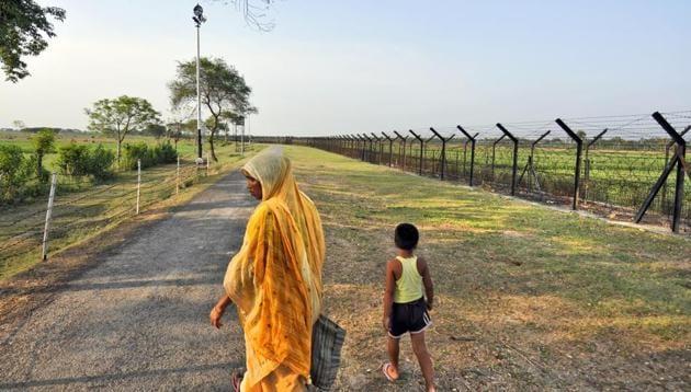Fence at India- Bangladesh border at Benapole, in West Bengal.(Subrata Biswas / HT File Photo)