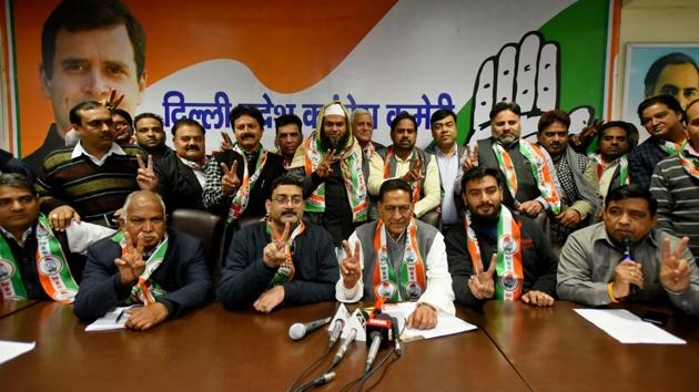 Former AAP members show victory sign as they join Congress in the presence of Delhi Pradesh Congress Committee (DPCC) President Subhash Chopra (Centre), in New Delhi on Wednesday.(Amal KS/HT Photo)