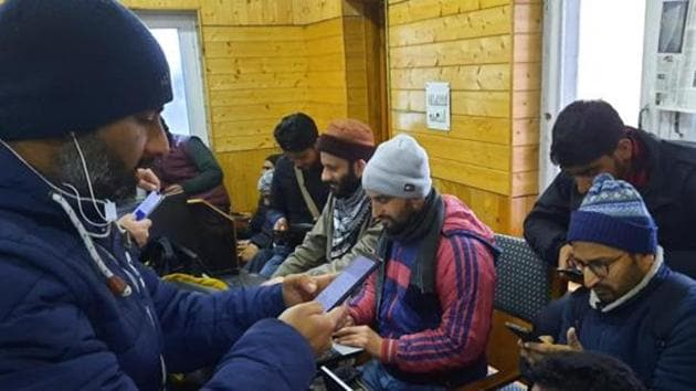 The 2G mobile internet services will be restored in the Kashmir Valley from Friday midnigh(HT Photo)