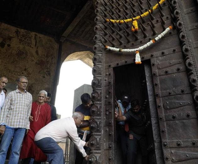 One of the doors of Delhi Darwaza, Shaniwarwada's main entrance that is opened only on the fort's anniversary, got stuck due to obstruction in its wooden parts, on Wednesday.(Rahul Raut/HT PHOTO)
