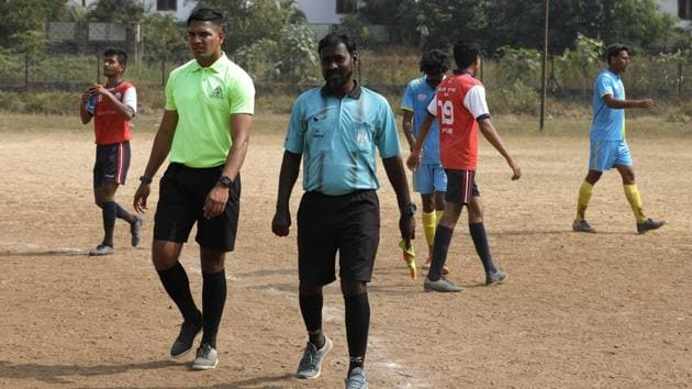 PDFA referees were seen without matching kits while conducting the league matches at Dobarwadi ground on January 15. There is a growing need for a referees' association in the city, say sports lovers.(HT/PHOTO)