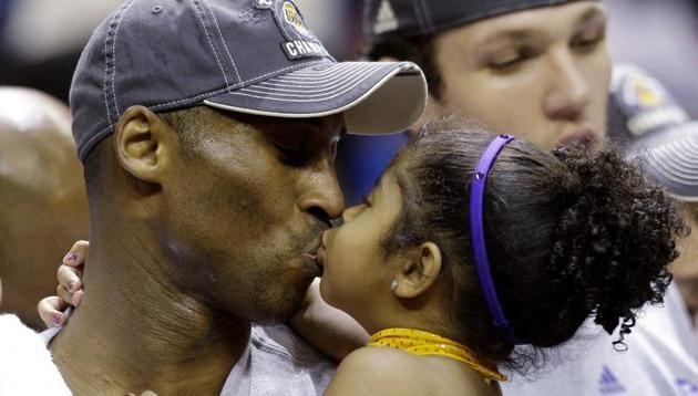 Kobe Bryant kisses his daughter, Gianna. (File photo: AP)