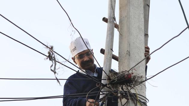 Arvind Kejriwal restore the Electric supply from pole which was disconnected by Tata Power Delhi Distribution Ltd, due to the unpaid bill of a residence at Begam Vihar on February 8, 2013 in New Delhi.(Photo: Sunil Saxena/ Hindustan Times)