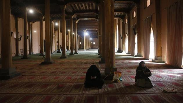 Kashmiri Muslim women pray inside Jamia Masjid in Srinagar.(AP)