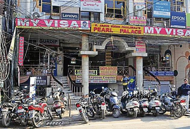 The broad daylight dacoity, wherein four armed miscreants looted VK Jewellers in the Ghumar Mandi market after holding its owner captive at gunpoint, occurred at a stone's throw from a police naka in the market.(Harsimar Pal Singh/HT)