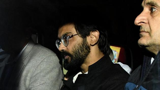 JNU student Sharjeel Imam with Crime branch officials after his arrest from Bihar, on January 29, 2020.(Biplov Bhuyan/HT Photo)