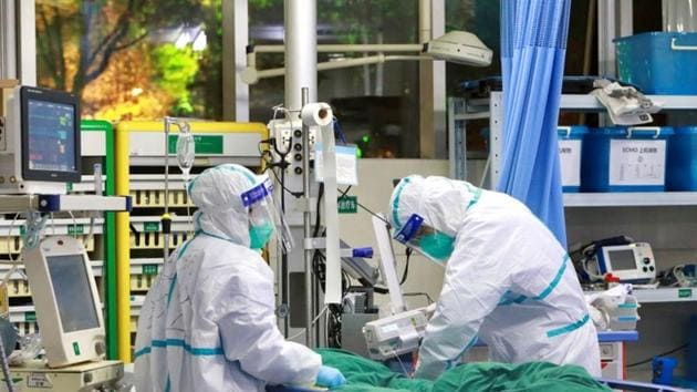 Medical staff in protective suits treat a patient with pneumonia caused by the new coronavirus at the Zhongnan Hospital of Wuhan University, in Wuhan, Hubei province of China on January 28, 2020.(Reuters Photo)